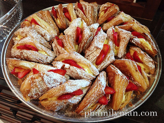 cream-pan-tustin-strawberry-croissant